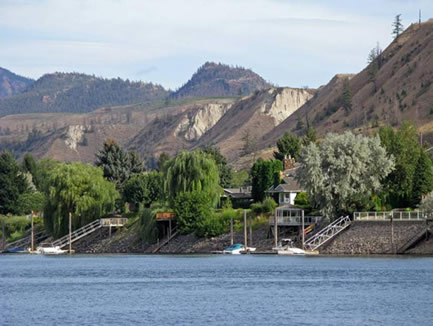 Photo of riverside residential development at Dallas, east of Kamloops, on the south bank of the South Thompson River.